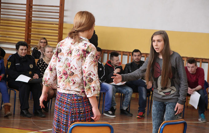 Two actors perform a scene from the forum theater play 'Ruža'